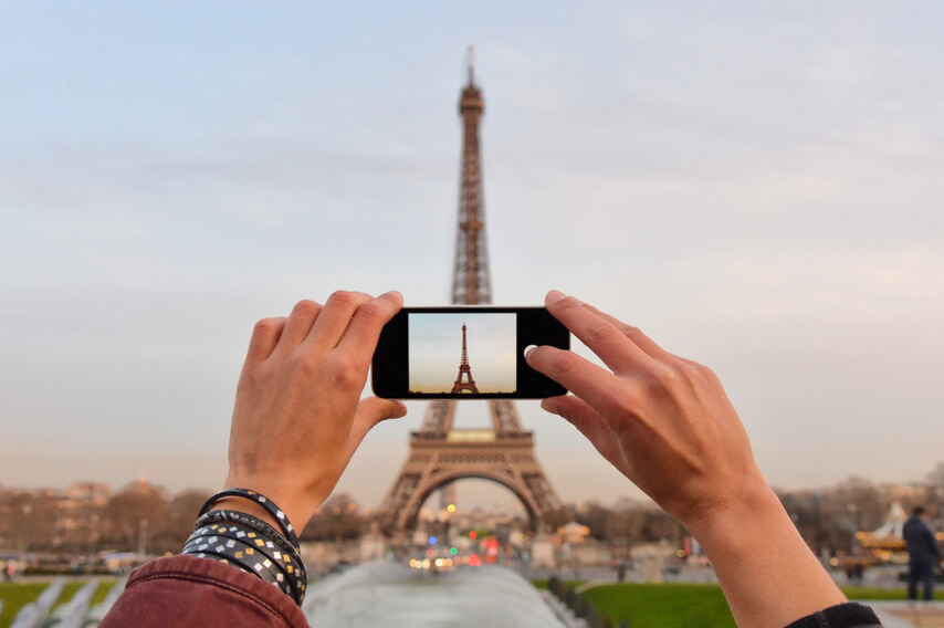 traveler taking photo of the Eiffel towel